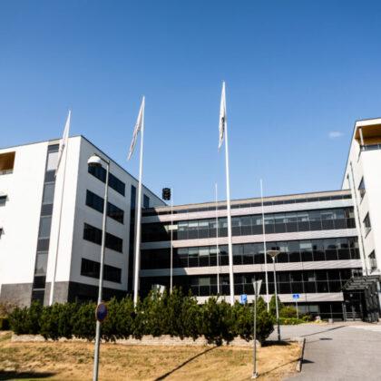 Wärtisilän Powergate I toimistokokonaisuuden kaksi osaa Vaasa Airport Parkissa