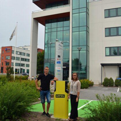 Mikko Harju ja Jenna Hoffrén Virta-latauspisteen edessä Vaasa Airport Parkissa