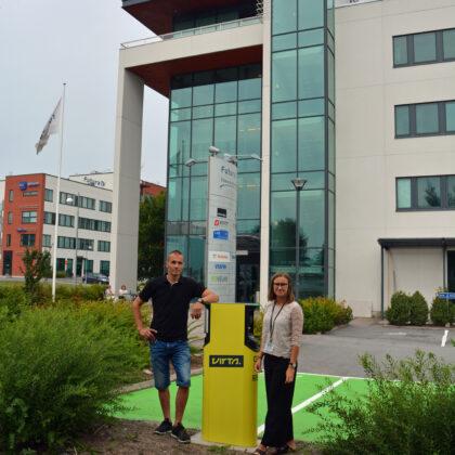 Mikko Harju ja Jenna Hoffrén Futura I edessä, missä nyt myös sijaitsee Virran latauspiste