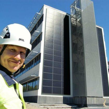 Mika Mäntylä Ampnerilta Powergate II aurinkopaneelien edessä