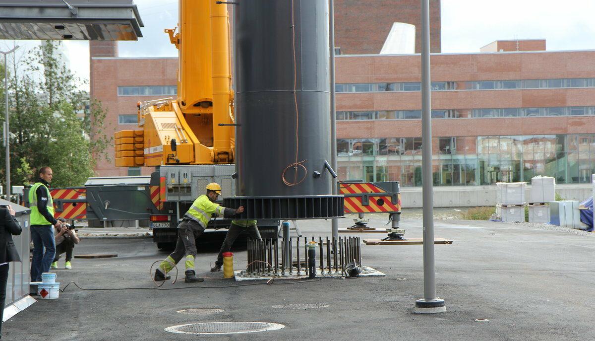 Vaasan yliopiston VEBIC-laboratorion asennukset etenevät – 50-metrinen savupiippu nostettiin paikalleen