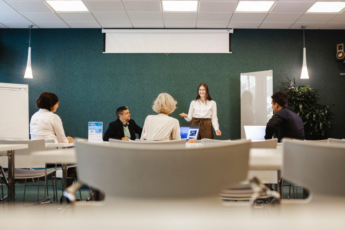 Kokouksen osallistujoita Prima-kokoustilassa Vaasan Futura I-talossa