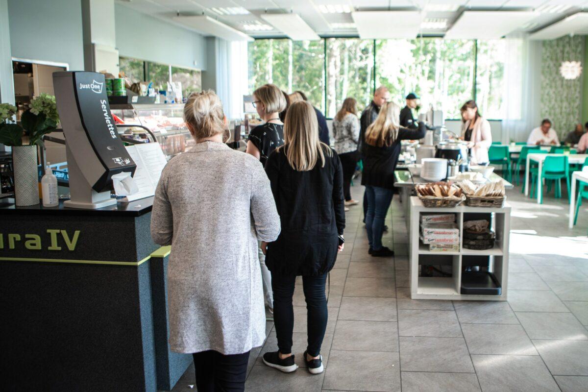 Ihmisiä ottamassa ruokaa Futura IV -talon ravintolassa
