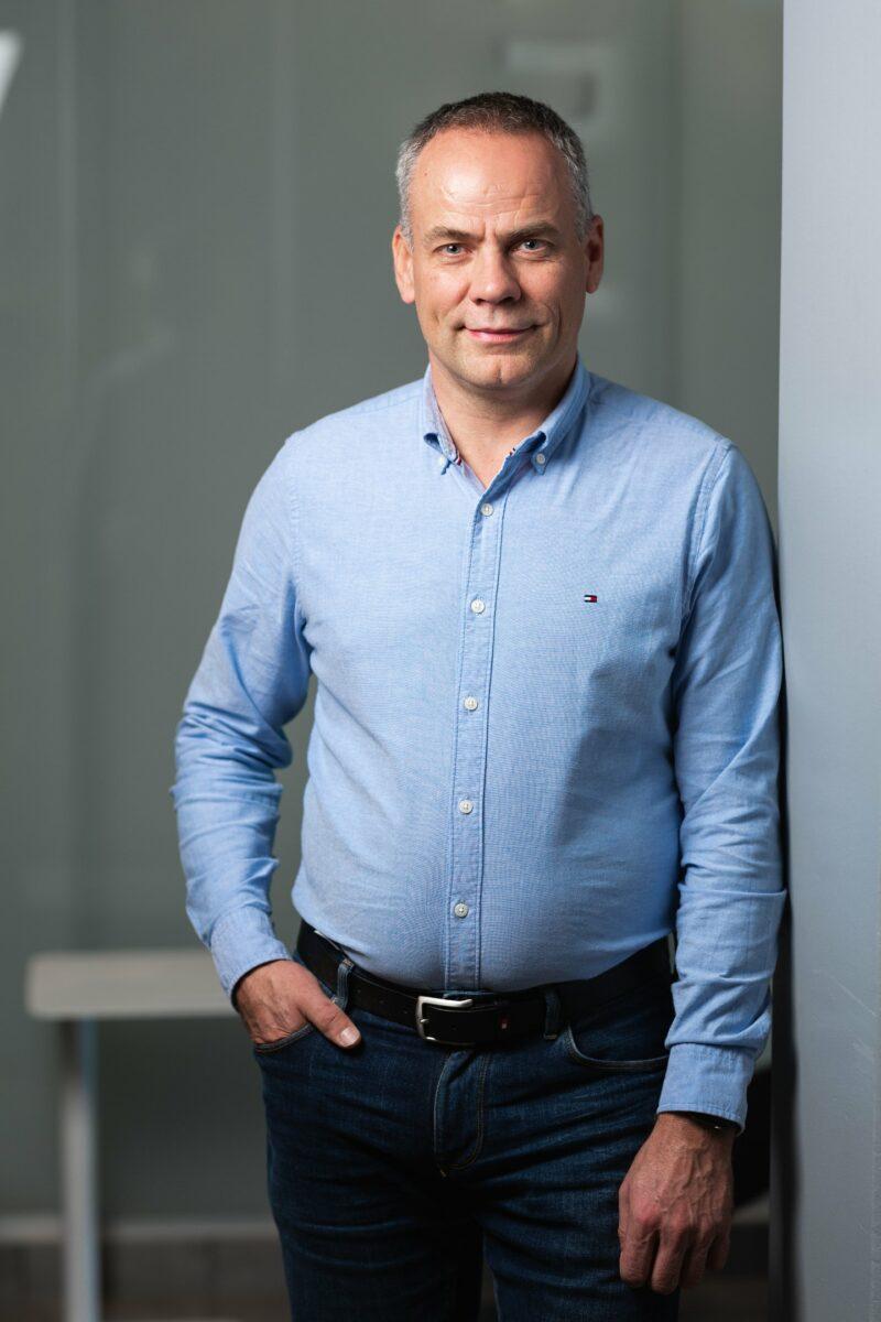 Petteri Väkelä kuvattu Futura I -talon aulatilassa