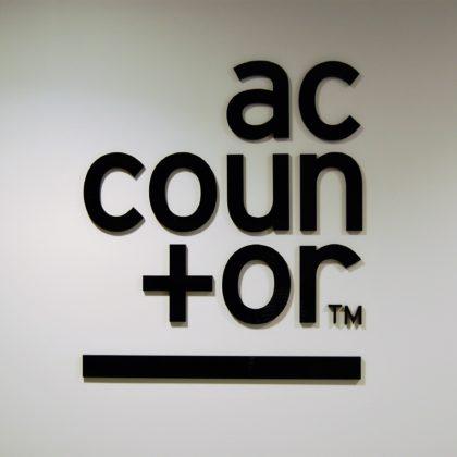 Accountor logo seinällä